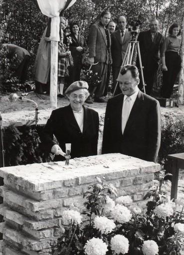 1 Grundstein_Dulles&Brandt_1957.jpg